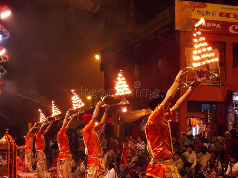 Церемония захода солнца в Священном городе Варанаси в Индии стоковое фото