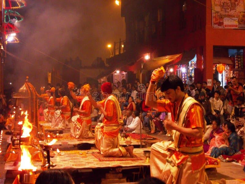 Церемония захода солнца в Священном городе Варанаси в Индии стоковые изображения