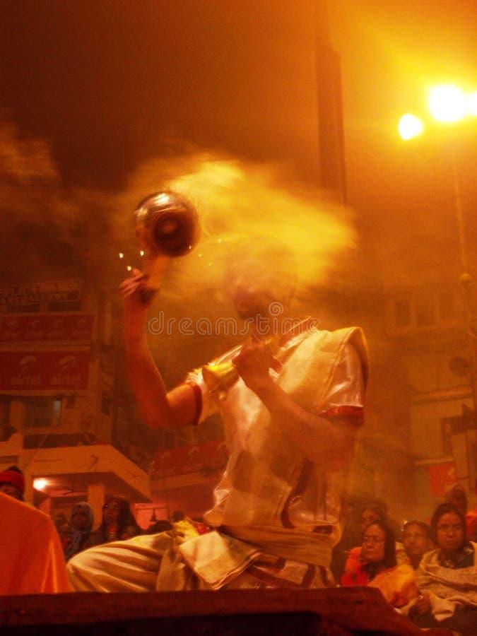 Церемония захода солнца в Священном городе Варанаси в Индии стоковое изображение