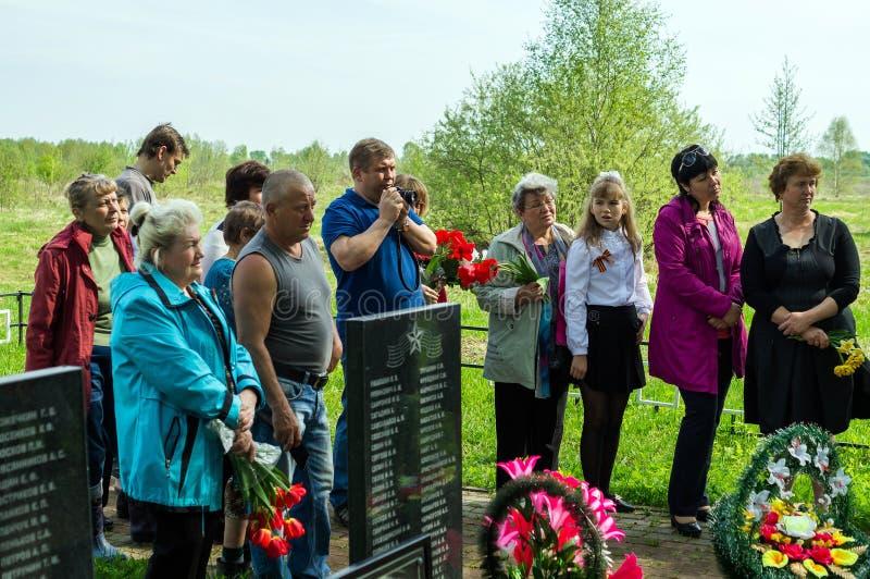 Церемония на массовом захоронении в деревне зоны Kaluga (России) на 8 может 2016 стоковые изображения