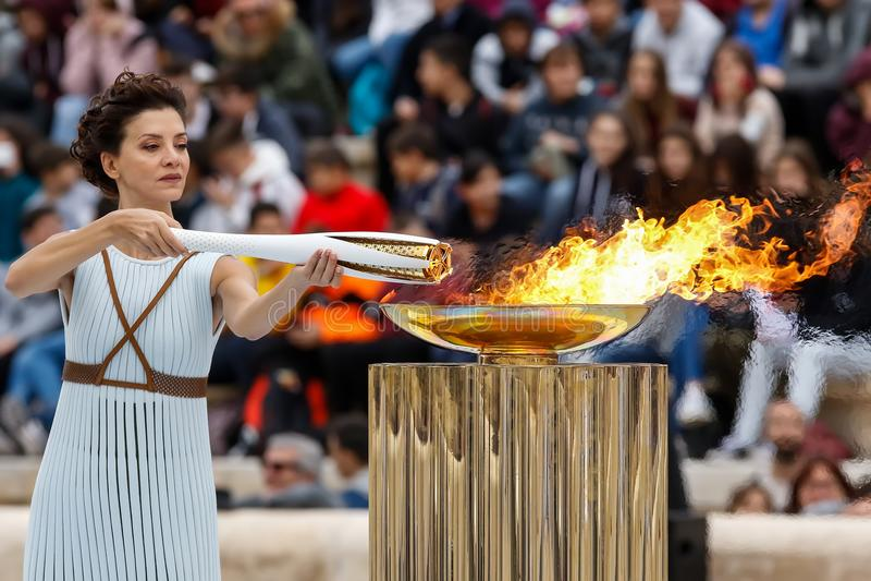 Download Церемония олимпийского пламени для Олимпиад зимы Редакционное Фото - изображение: 103325026