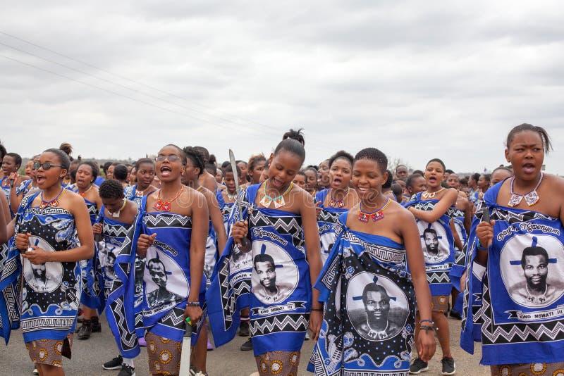 Церемония танца Umhlanga Reed, ежегодный традиционный национальный обряд, одно из торжества 8 дней, молодые девственные девушки с стоковое изображение