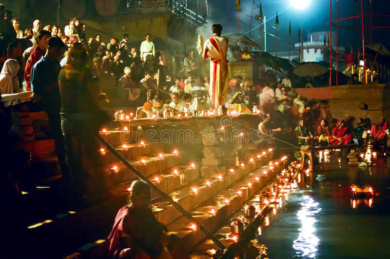 Церемония Puja реки Ganges, Varanasi Индия стоковое фото