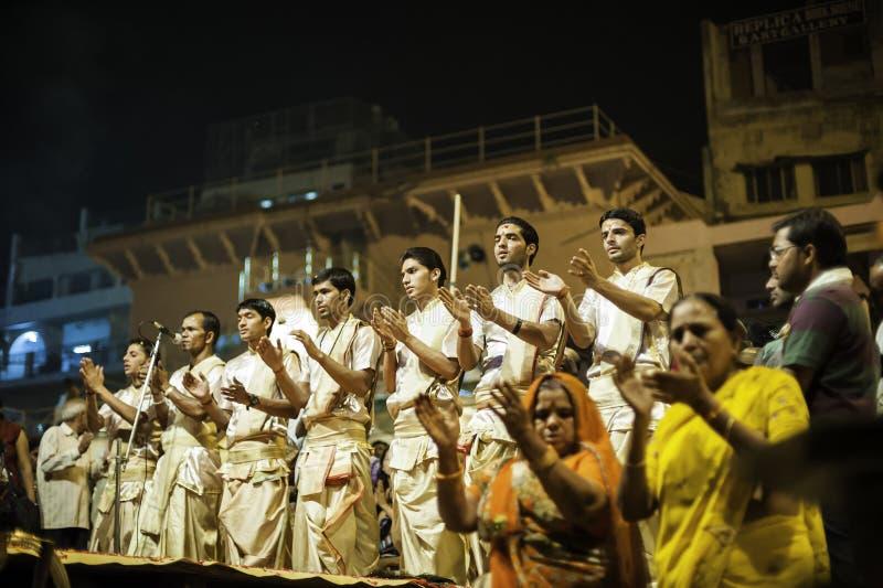 Церемония Puja реки Ganges, Varanasi Индия стоковые изображения rf