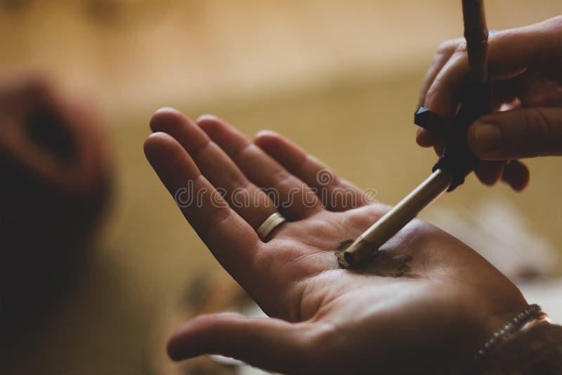 Церемония Rapee Травы и пыль лечения подготавливая нюхать стоковые изображения rf
