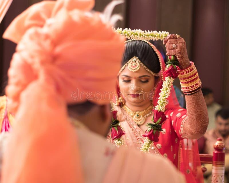 Церемония Varmala в индийской свадьбе - Индии Ахмадабаде стоковое фото rf