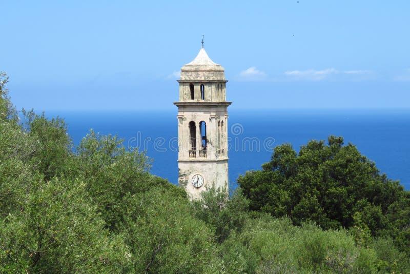Церковная башня маленькой прибрежной деревни у моря, Франция стоковая фотография