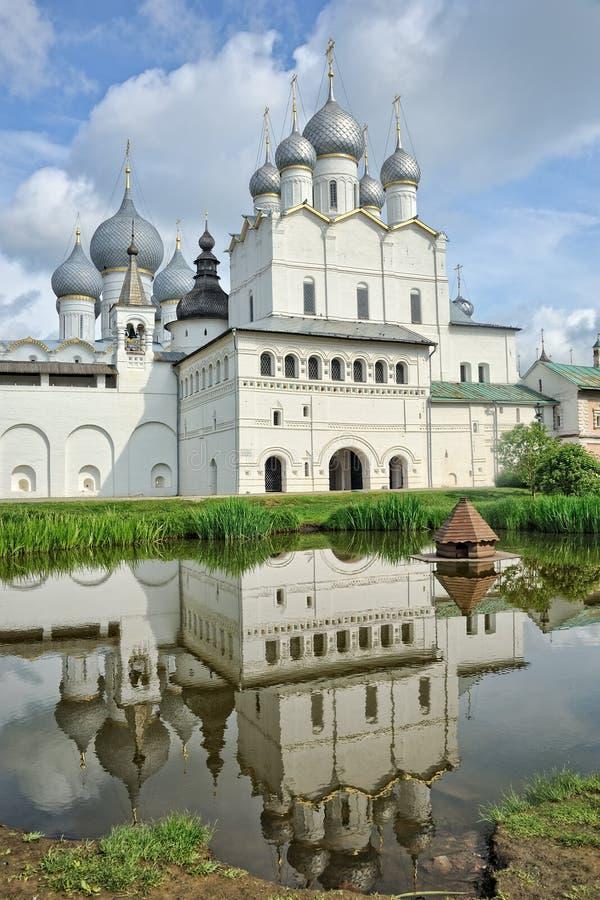 Церковь воскресения с отражением в пруде стоковые изображения