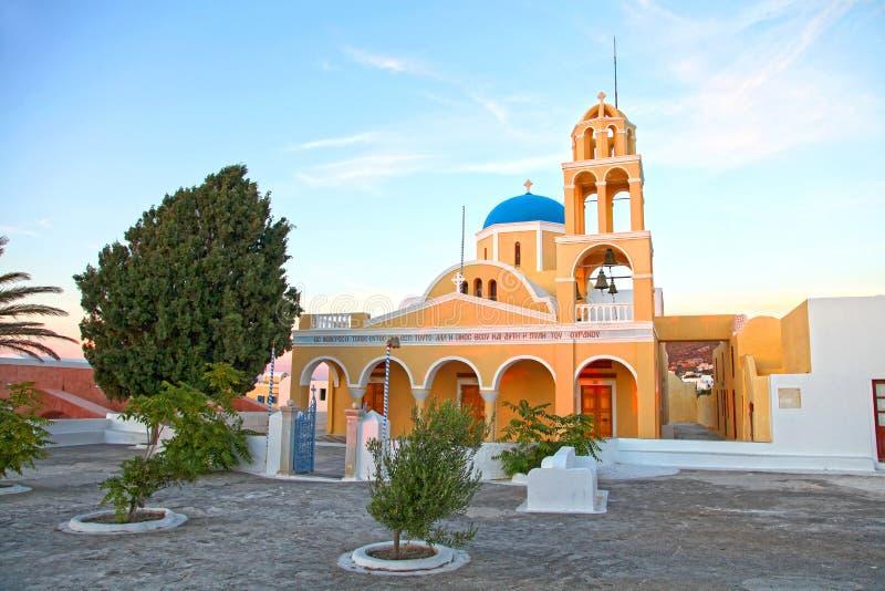 Церковь в городке Oia в Santorini, Греции стоковые изображения