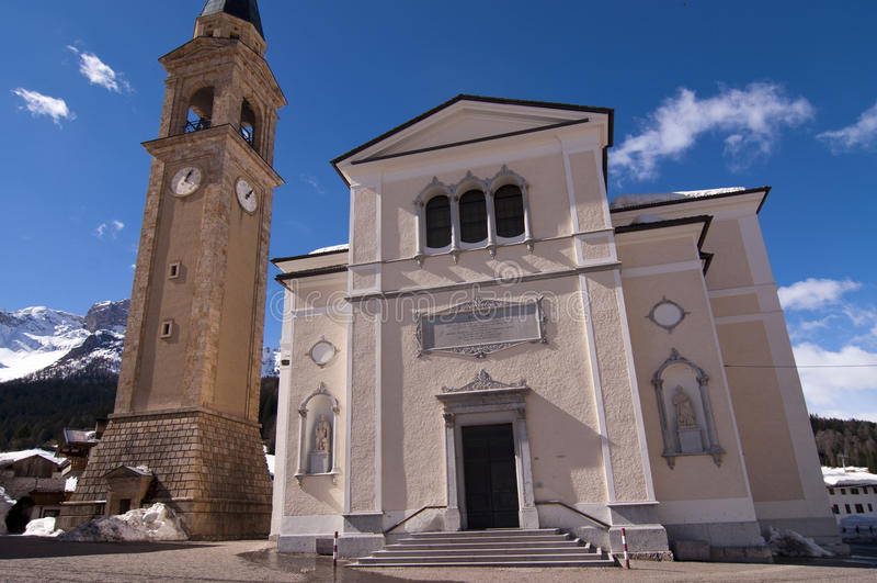 Церковь в итальянской деревне стоковые изображения rf