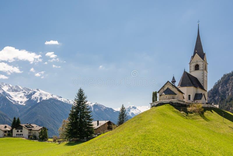 Церковь в малой высокогорной деревне Schmitten стоковая фотография