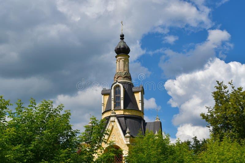 Церковь в парке стоковые изображения