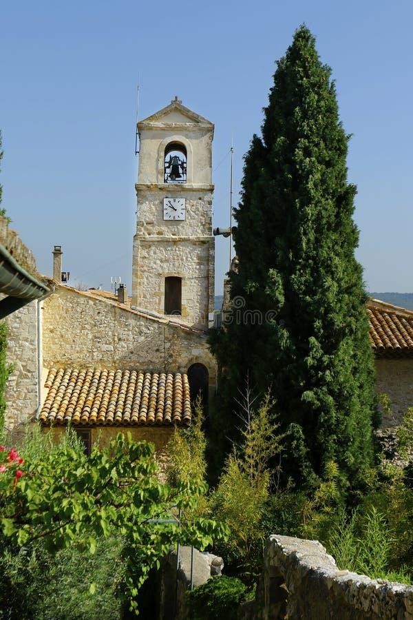церковь в центре медитерранской деревни стоковая фотография