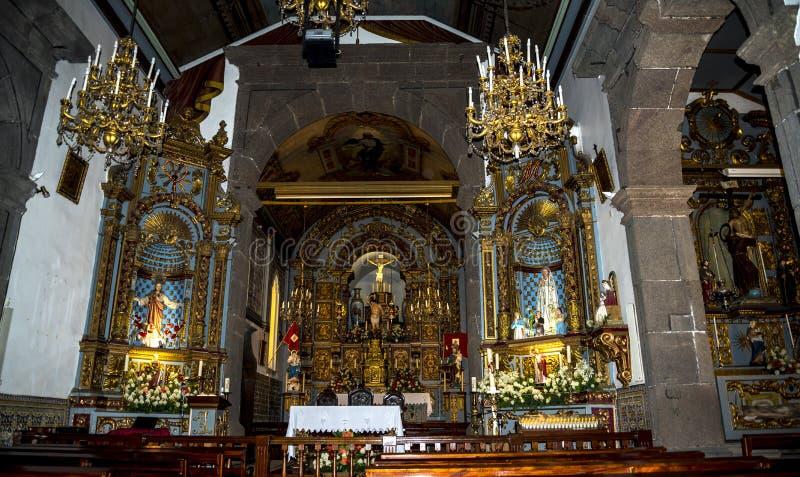 Церковь в Camara de Lobos рыбацкий поселок около города Фуншала и имеет некоторые из самых высоких скал в мире стоковое изображение