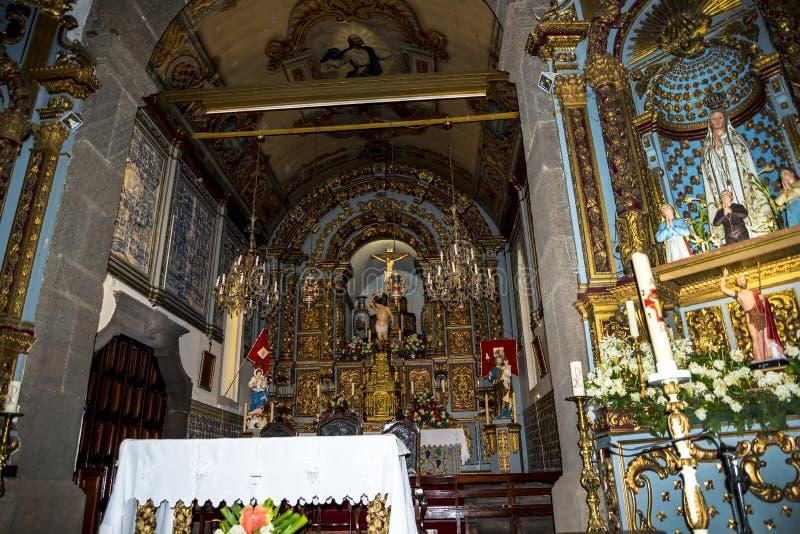 Церковь в Camara de Lobos рыбацкий поселок около города Фуншала и имеет некоторые из самых высоких скал в мире стоковое фото