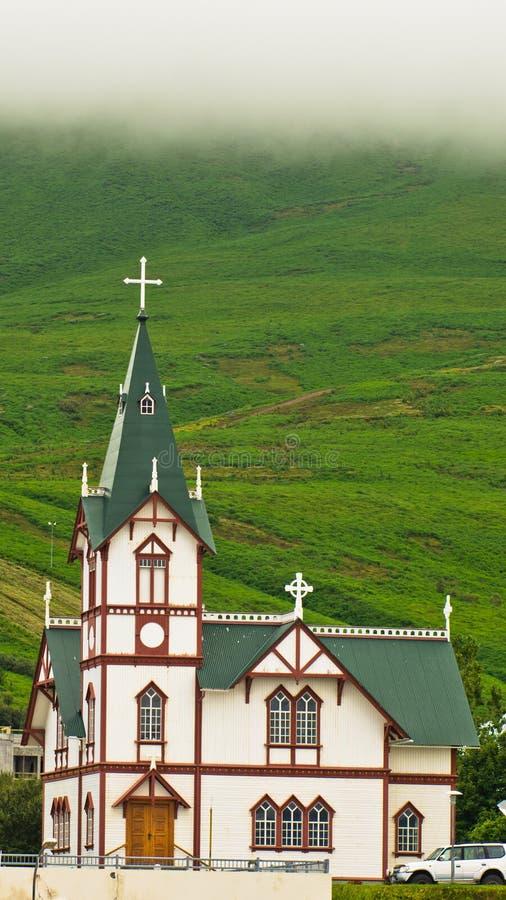 Церковь в Husavik, маленьком городе и гавани в северной Исландии стоковая фотография rf