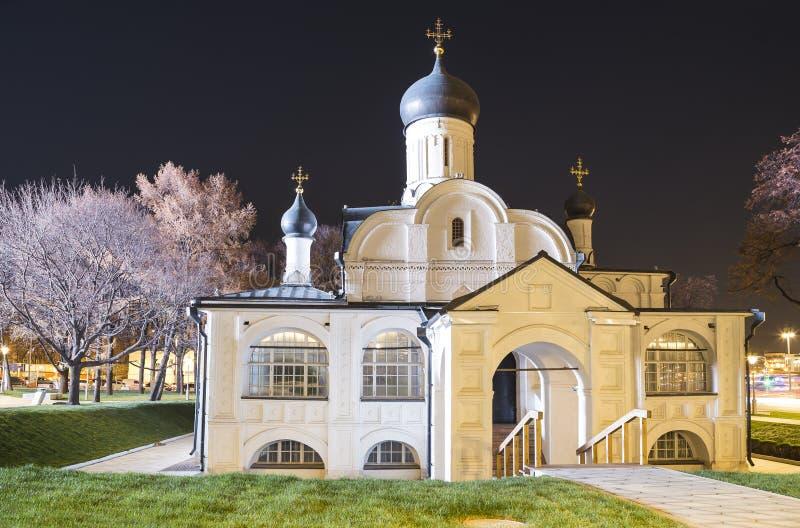 Церковь зачатия St Anne на ноче-- взгляд от современного парка Zaryadye в Москве, России стоковые фото