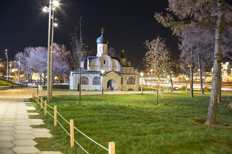 Церковь зачатия St Anne на ноче-- взгляд от современного парка Zaryadye в Москве, России стоковое фото