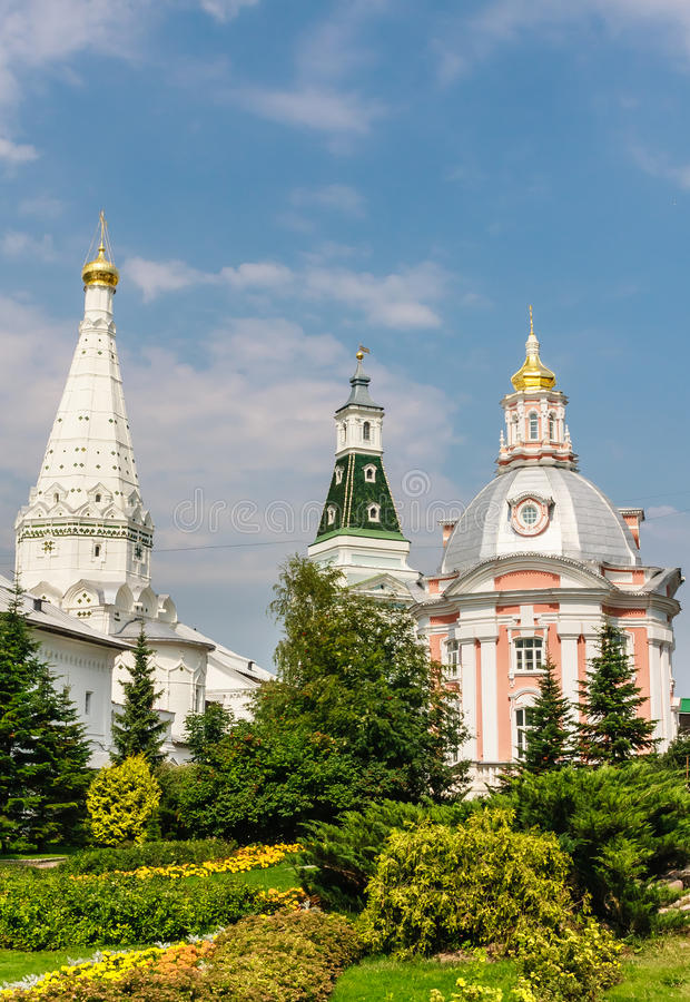 Церковь значка Смоленска матери бога, висок в честь St Zosima и Savvatiy Solovki и калиша возвышаются стоковое фото