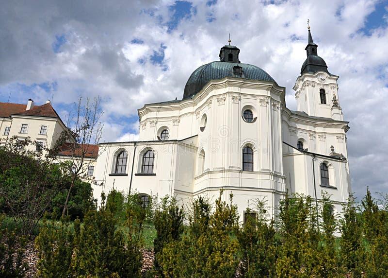 Церковь и монастырь , деревня Кркроны, Чешская республика, Европа стоковые фото