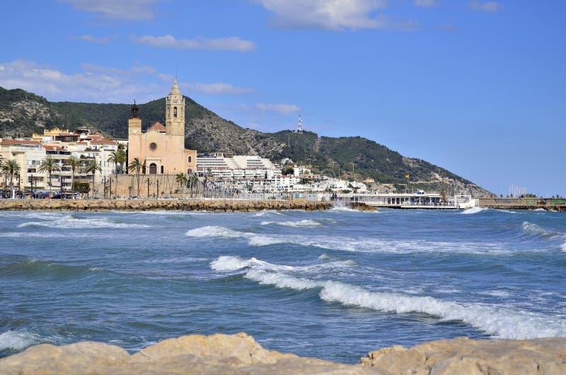 Церковь и море Sitges в Sitges, Каталонии, Испании стоковое изображение