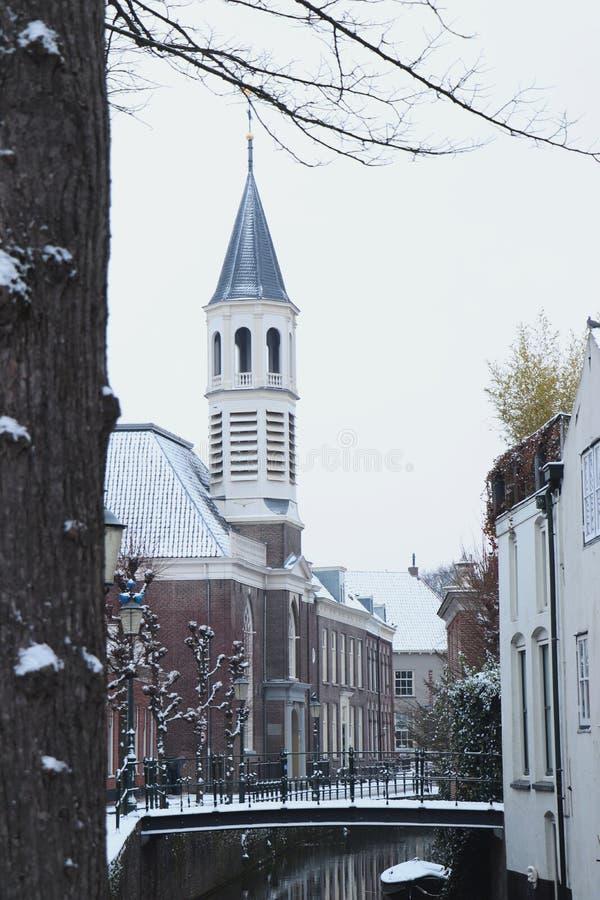 Церковь и небольшой мост в Амерсфорте в снеге стоковое фото rf