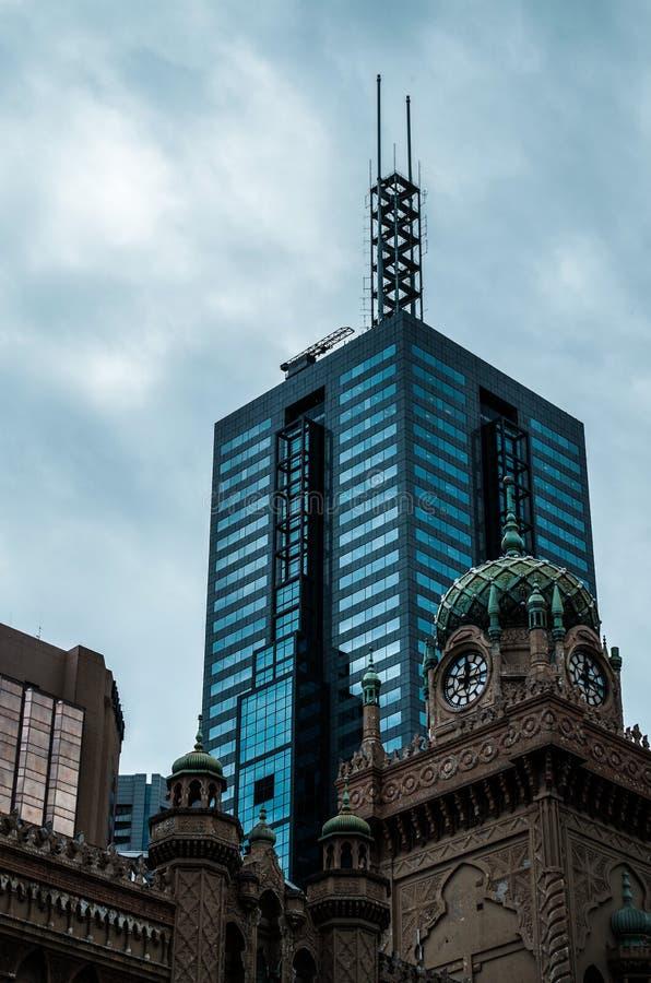Церковь и небоскреб в Мельбурне стоковое фото