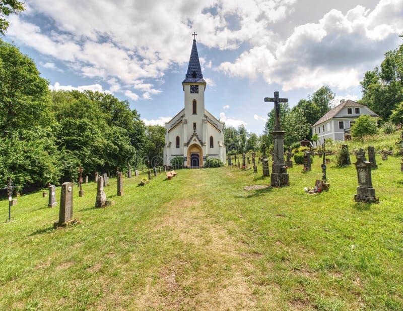 Церковь и погост в Zadni Zvonkova, деревне границы стоковое изображение rf