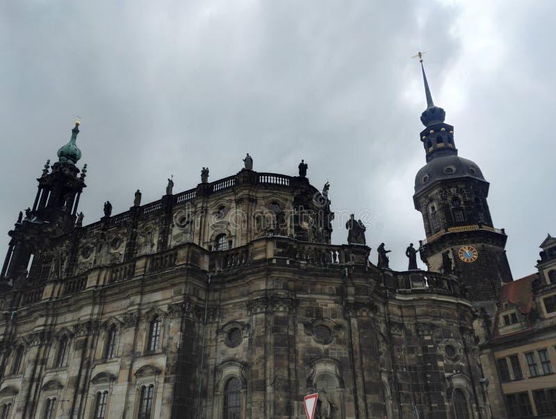 Церковь и Hausmannsturm Hofkirche возвышаются в Дрездене, Германии День облачного неба стоковые изображения rf