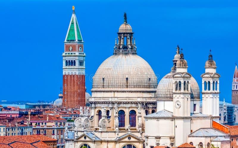 церковь колокола придает куполообразную форму: башни стоковое изображение