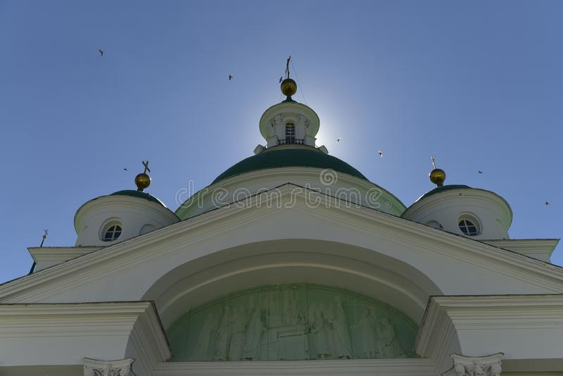 Церковь, купол, крест, небо, птицы, вероисповедание, величие, ортодоксальность, архитектура, солнце стоковая фотография