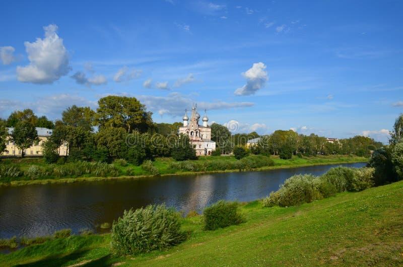 Церковь лета на ландшафте берега реки лета Refl церков реки стоковая фотография rf