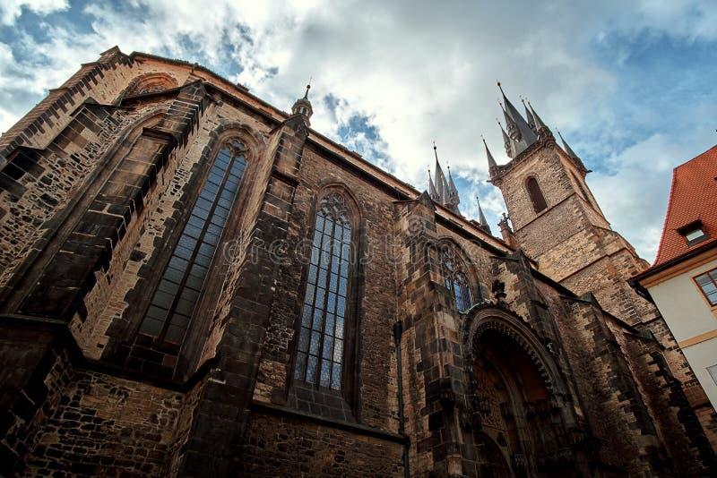 Церковь нашей дамы Матери бога прежде чем Tyn Chram Matky Bozi pred Tynem - церковь XIV века готическая и известный ориентир орие стоковое фото rf