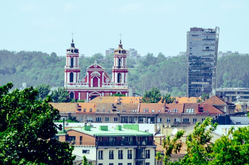 Церковь на городе с парком стоковое фото rf