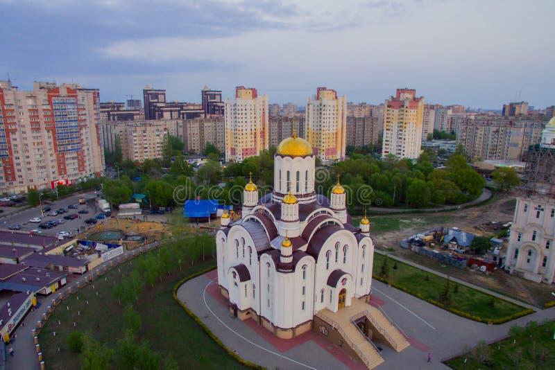 Церковь на заходе солнца в городке стоковое изображение rf