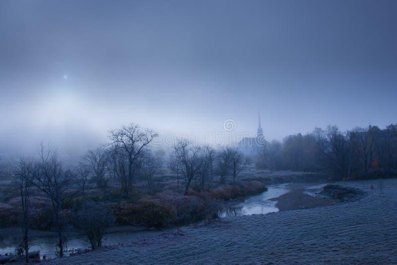 Церковь общины на туманном утре. стоковое фото