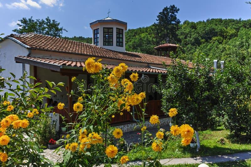 Церковь от девятнадцатого века St. George известного как церковь Преподобия Stoyna на деревне Zlatolist, Болгарии стоковая фотография