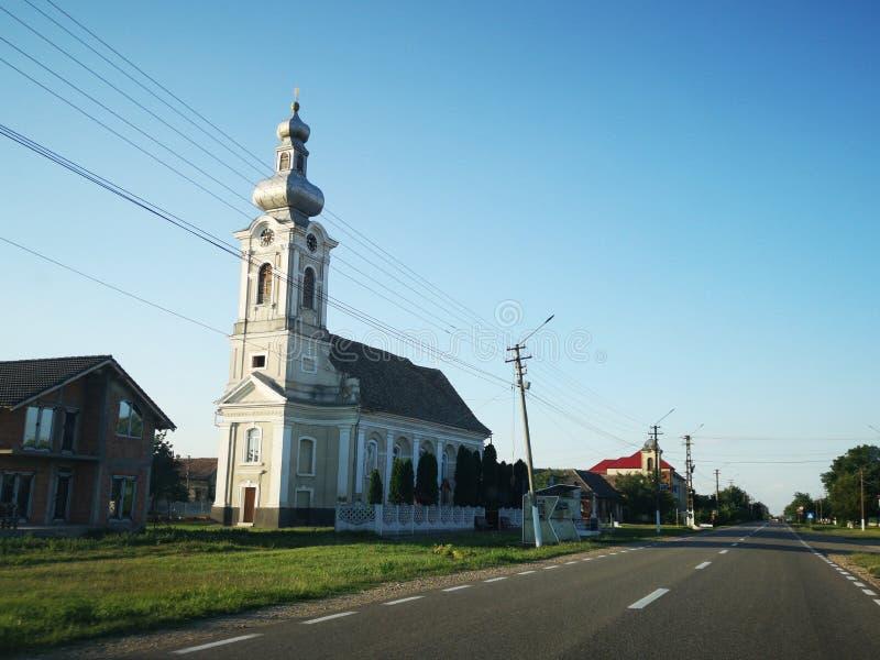 Церковь от деревни в восточной Европе стоковые изображения