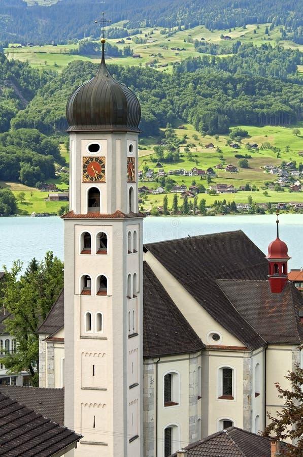 Церковь паломничества в пейзаже горы Альпов стоковые фотографии rf