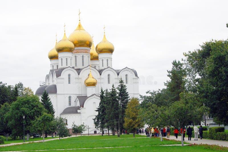 Церковь предположения в Yaroslavl, России Прогулка людей к церков стоковое изображение rf