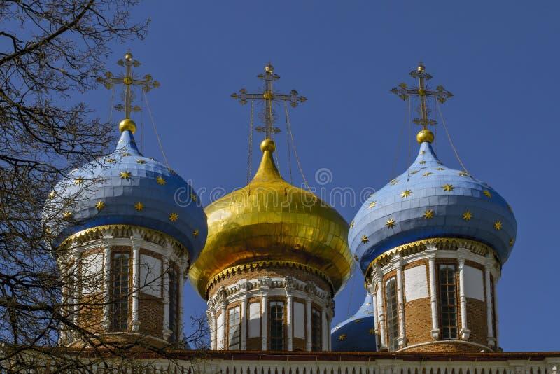 церковь придает куполообразную форму: золотистое правоверное Церковь Transfiguration в Рязани Россия стоковые изображения