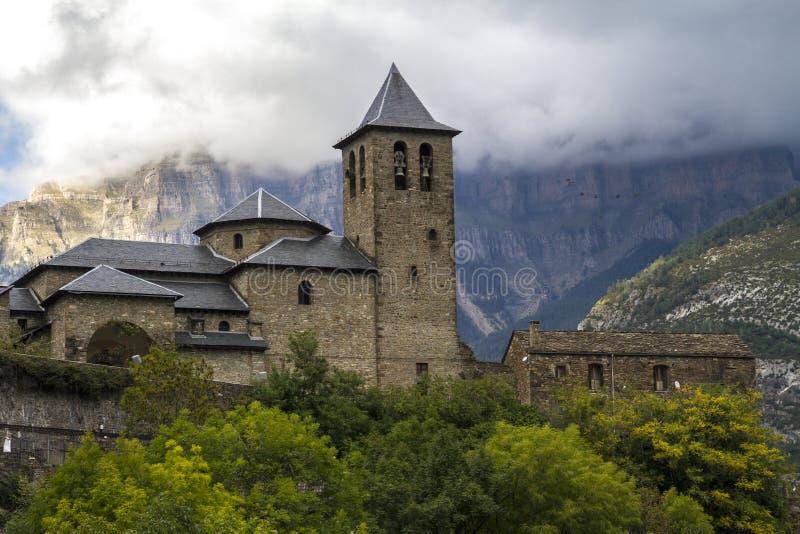Церковь Сан-Сальвадора в Torla, рядом с национальным парком Ordesa y Monte Perdido Perdido в долине Ordesa стоковые фотографии rf