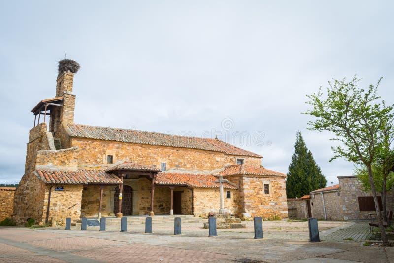 Церковь Сан Esteban в маленькой сельской деревушке Murias de Rechivaldo стоковые фото