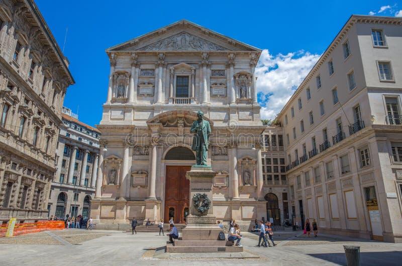 Церковь Сан Fedele с статуей Alessandro Manzoni, важным итальянским писателем и поэтом девятнадцатого века, центром города милана стоковая фотография