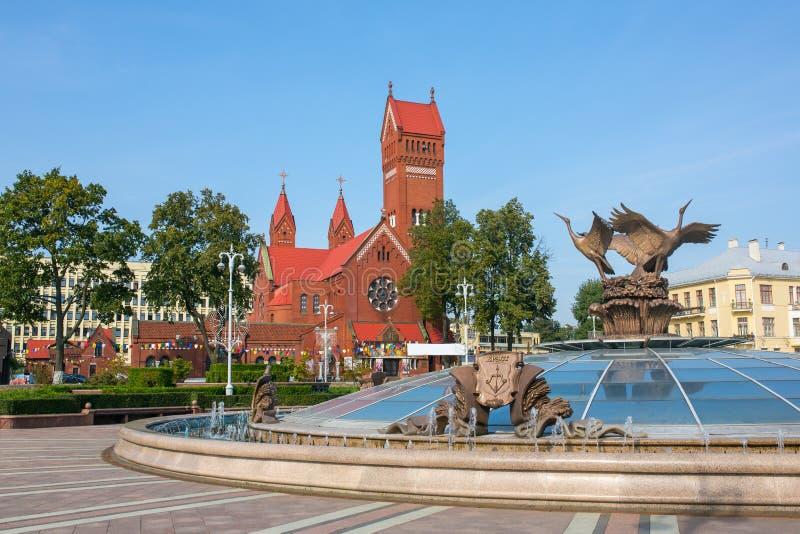 Церковь Святых Simon также известная как красные церковь и фонтан с именем белорусского города Бреста на ем на квадрате i независ стоковые изображения rf
