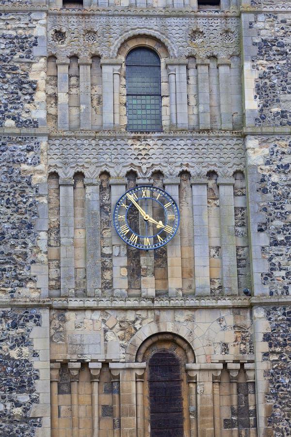 Церковь стиля двенадцатого века румынская St Mary девственница, башня с часами, Дувр, Великобритания стоковая фотография