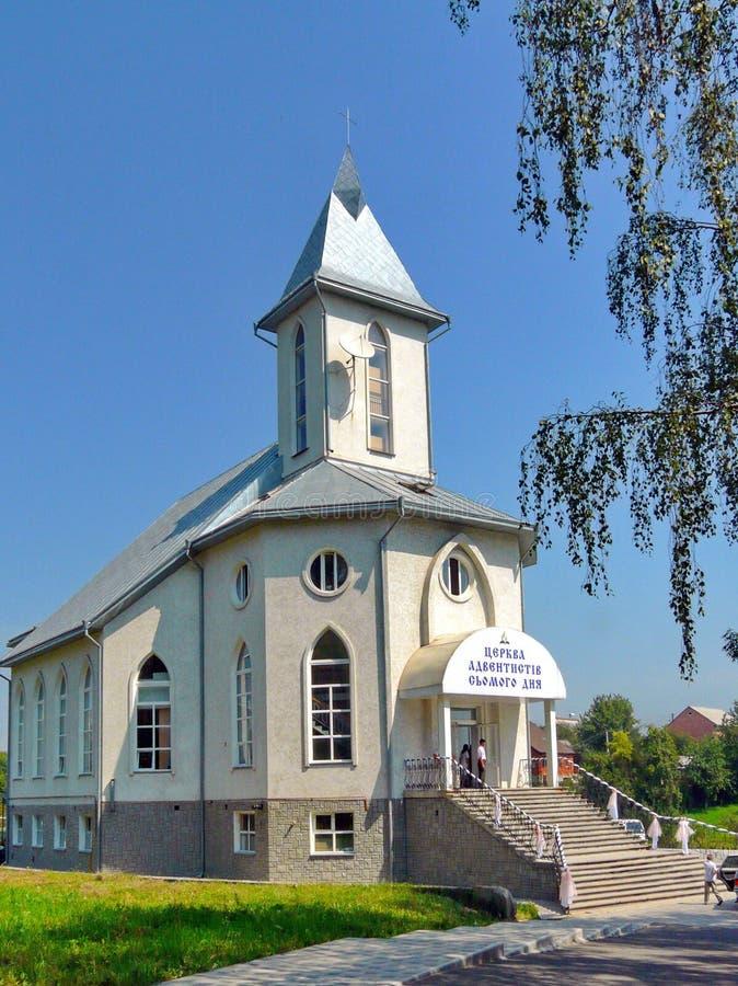 Церковь с белыми стенами с окнами различных форм и s стоковое фото rf