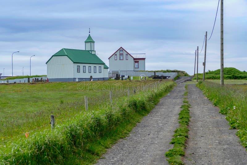 Церковь с зеленой крышей на gardur Исландии стоковые изображения