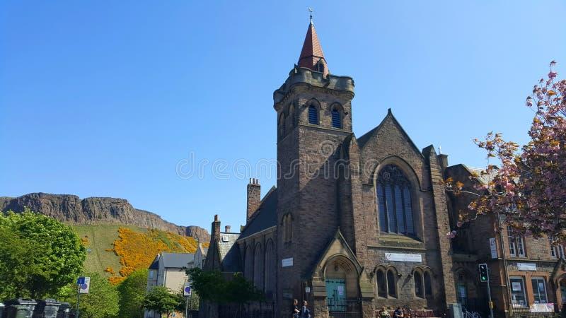 Церковь с холмами на заднем плане стоковое изображение rf