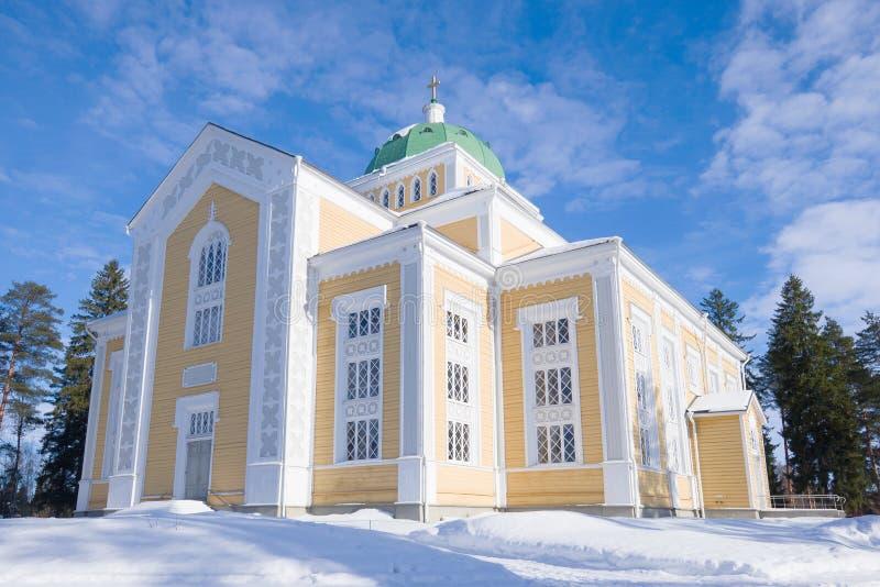 Церковь Финляндии самая большая деревянная, солнечный зимний день Kerimyaki стоковая фотография rf